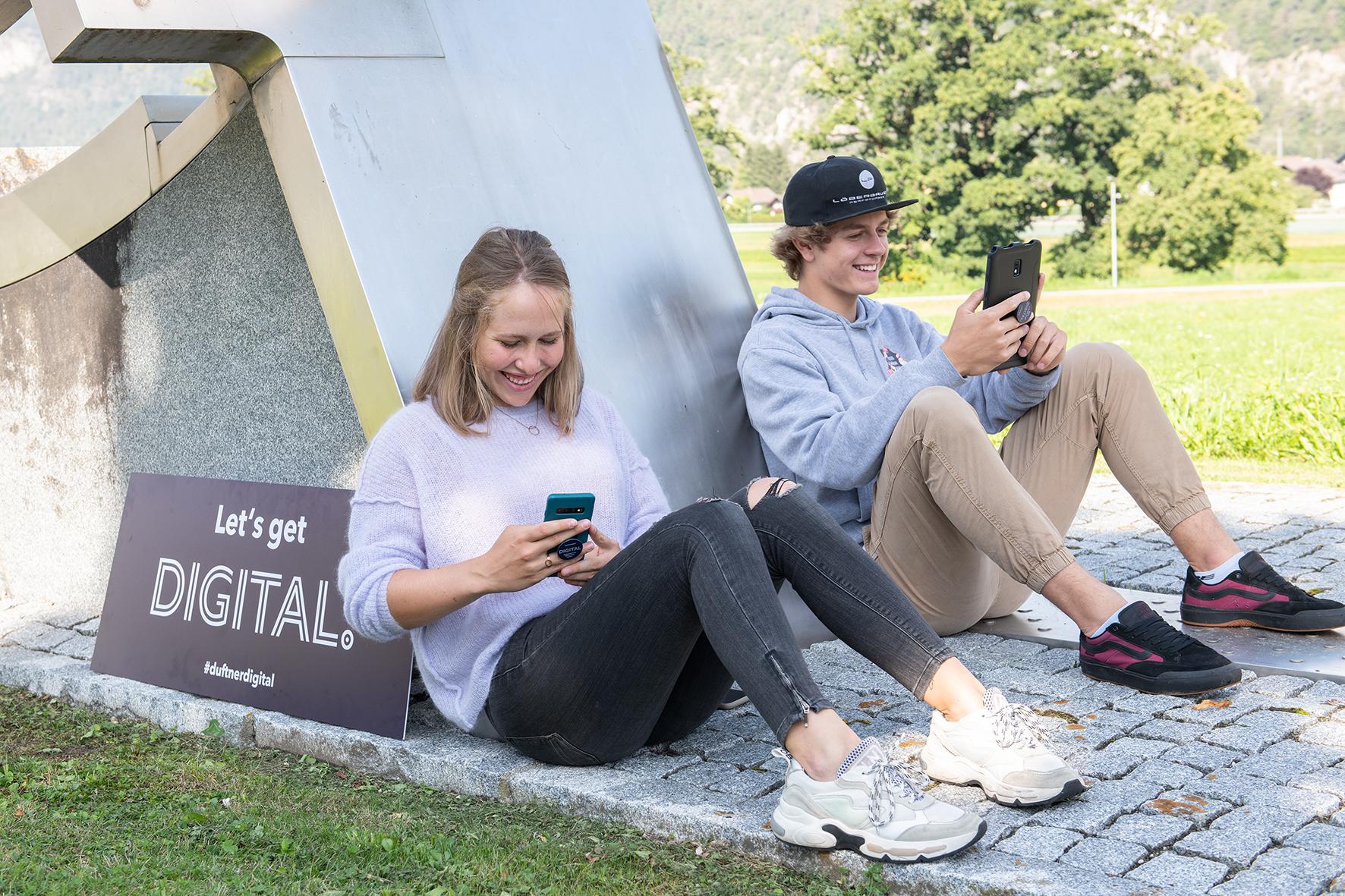 Die digitale Lern-App holt die Jugendlichen dort ab, wo sie ohnehin unterwegs sind, nämlich online. Die beiden Nachwuchs-Schisportler und Stams-Schüler Tobias Pittracher und Victoria Pittracher.