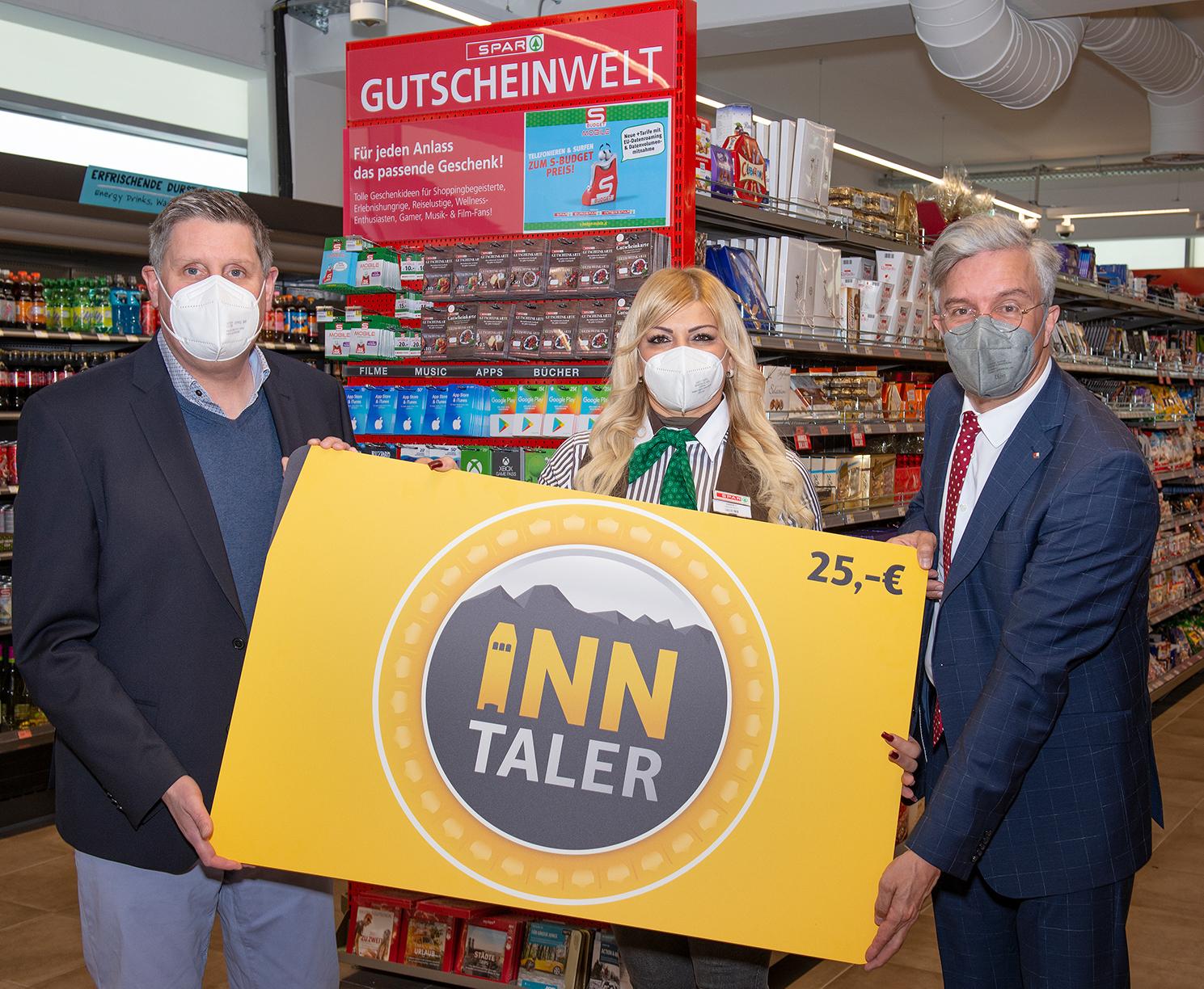 Der Inn-Taler ist die neue digitale Gutscheinkarte, die bei den Altstadt-Kaufleuten und Gastronomen eingelöst werden kann (v. l.): Dieter Duftner, CEO duftner.digital, Emina Jevtic, Marktleiterin SPAR Innrain 100, und Michael Perger, Obmann Verein Interessensgemeinschaft für Altstadt Innsbruck.