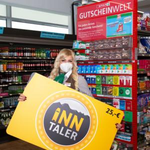 Die Inn-Taler-Gutscheinkarte gibt's bei jedem der 17 SPAR-, EUROSPAR- und INTERSPAR-Märkte in Innsbruck – und zwar an der Gutscheinwand in der Nähe der Kassa. Im Bild Emina Jevtic, Marktleiterin SPAR Innrain 100.