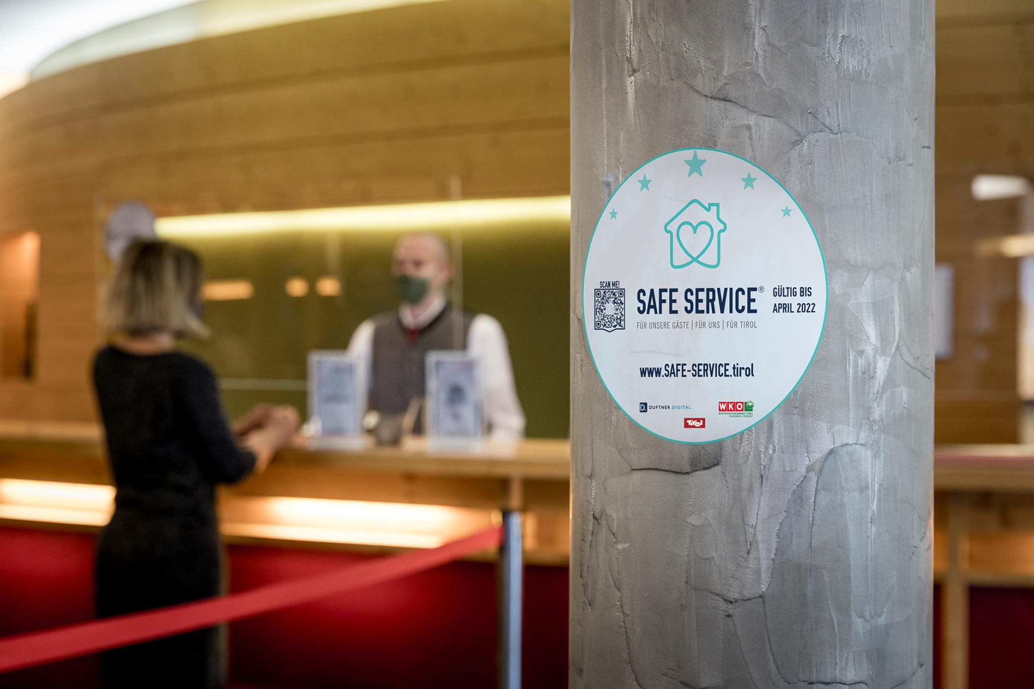 """Die kostenlose """"Safe Service® Tirol""""-Initiative bietet den Betrieben auch Kommunikationsmittel, um sich mit Zertifikat und Sticker sichtbar nach außen als verantwortungsvoller Gastgeber zu positionieren."""